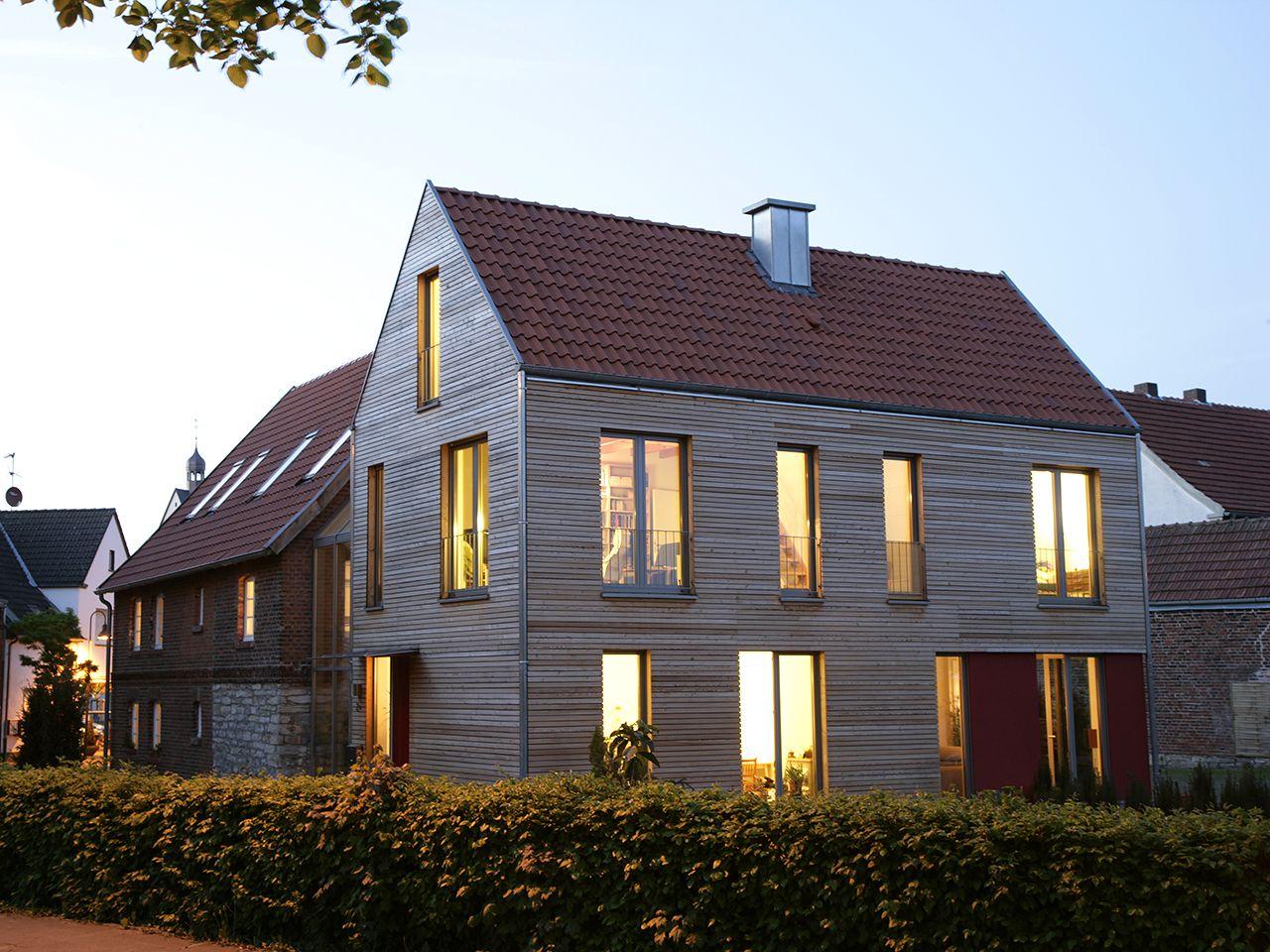 Moderner Anbau für ein historisches Wohnhaus, Holzfassade