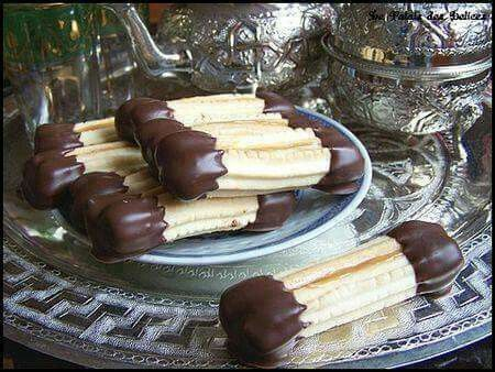 Petit Four Au Chocolat 350غ زبدة 100غ سكر ناعم 100غ مايزينا نشاء 150غ شكلاط أسود رشة ملح حامضة محكوكة مبشور حبة ليمون كيس خمي Dessert Recipes Biscuits Food