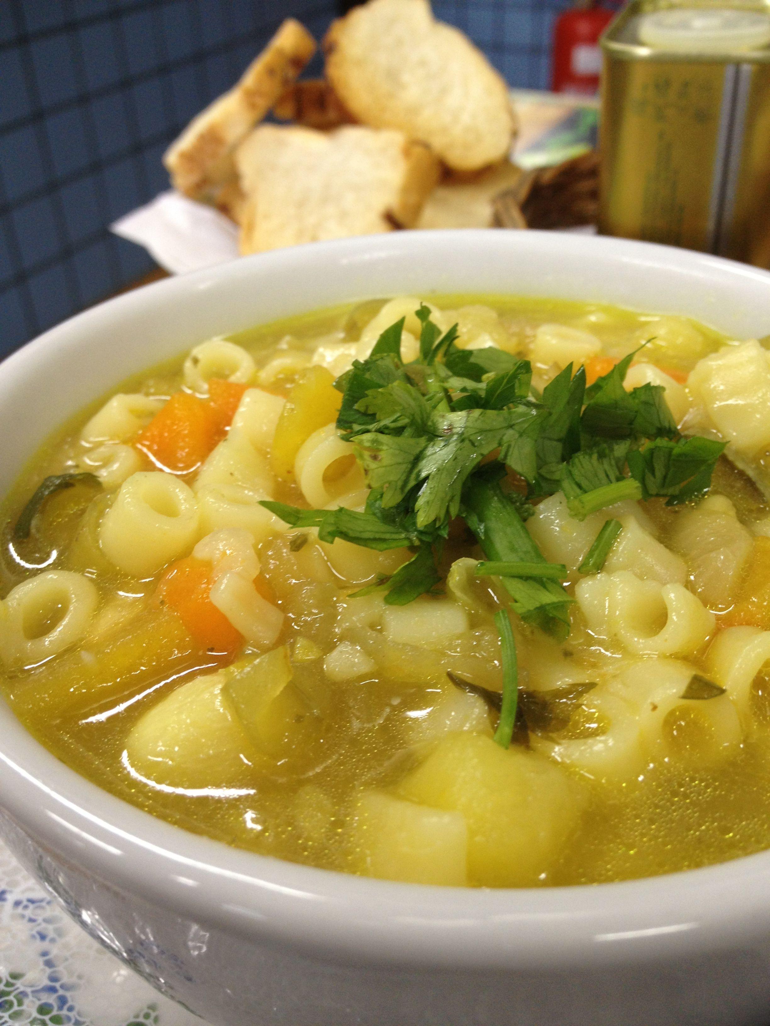 Sopa de legumes e cebolinha.
