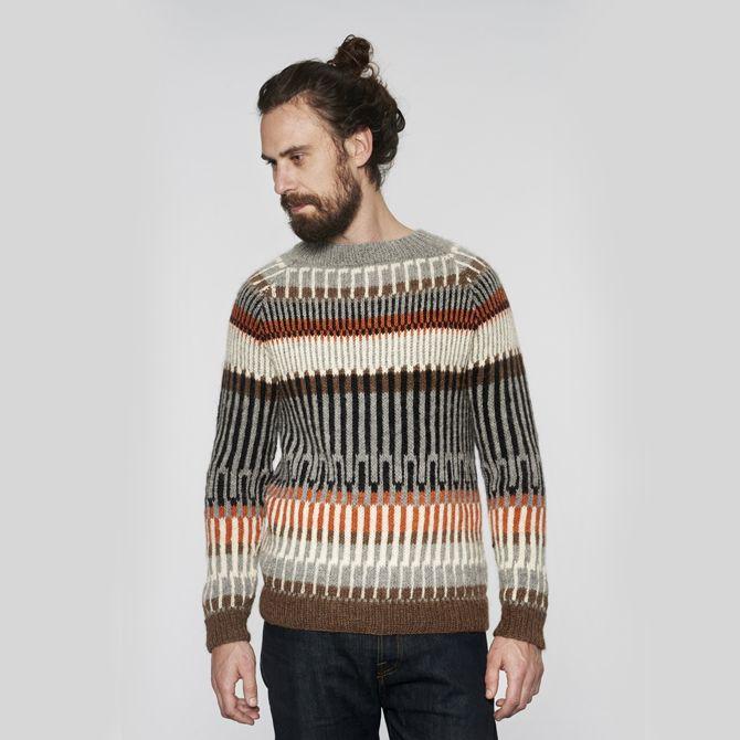 Öland sweateren til mænd er en unik striktrøje i nordisk design. I dette strikkeprojekt skal du bruge mange forskellige strikketeknikker og mønstre. Opskriften egner sig derfor bedst til dem, der har meget øvelse med strikkepindene og kender de fleste strikketeknikker. Striktrøjen består af fem harmoniske farver i et flot mønster, og i strikkekittet medfølger lækkert lama-garn. Det føles skønt mod huden og gør, at striktrøjen falder flot om kroppen.
