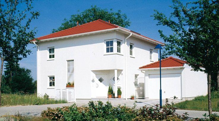 Weisse Fenster Weisse Fassade Haus Schirk Von Fertighaus Weiss Fassade Haus Haus Style At Home