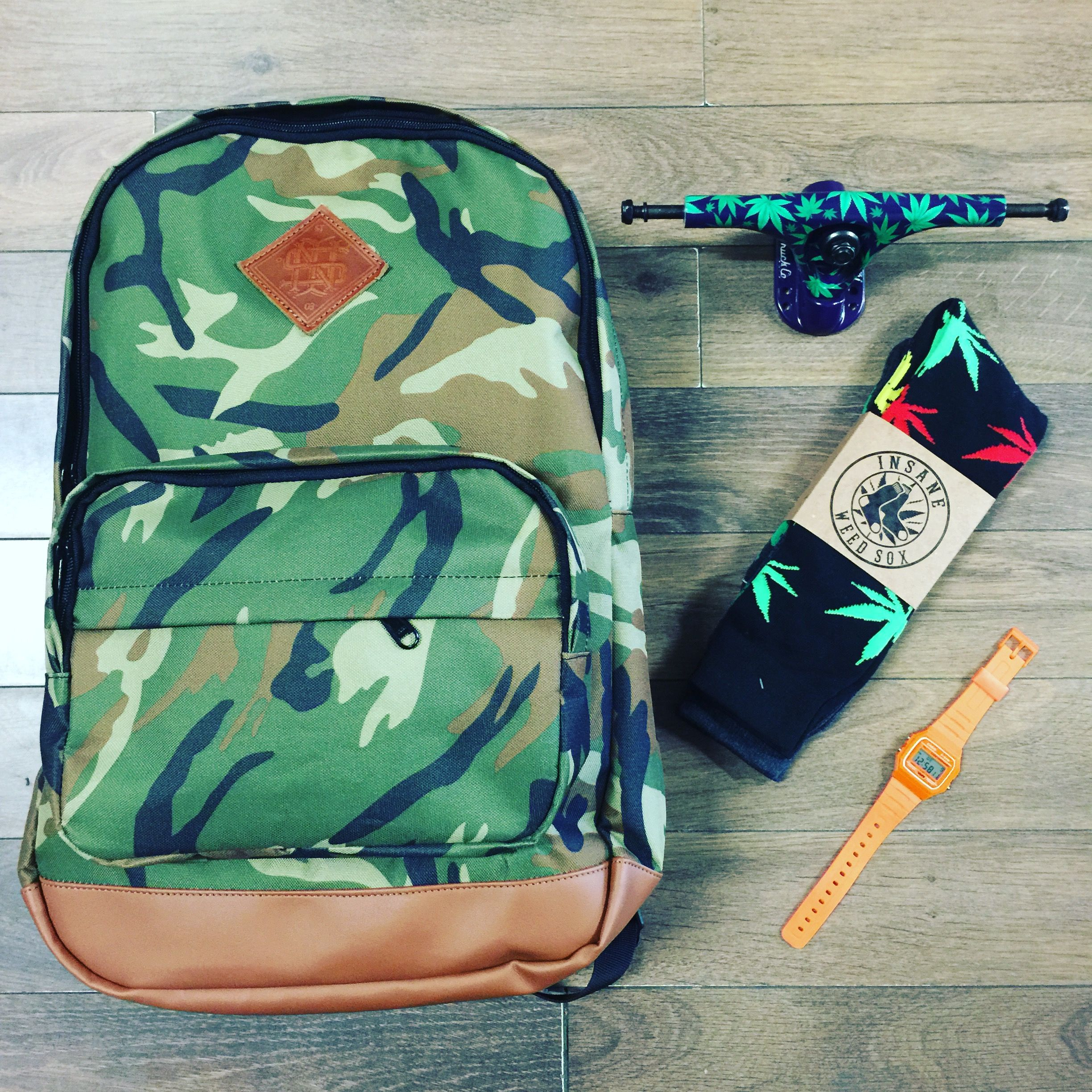 Mochila Insane Camo $350, Trucks Paris camo weed $700, Calcetines ...