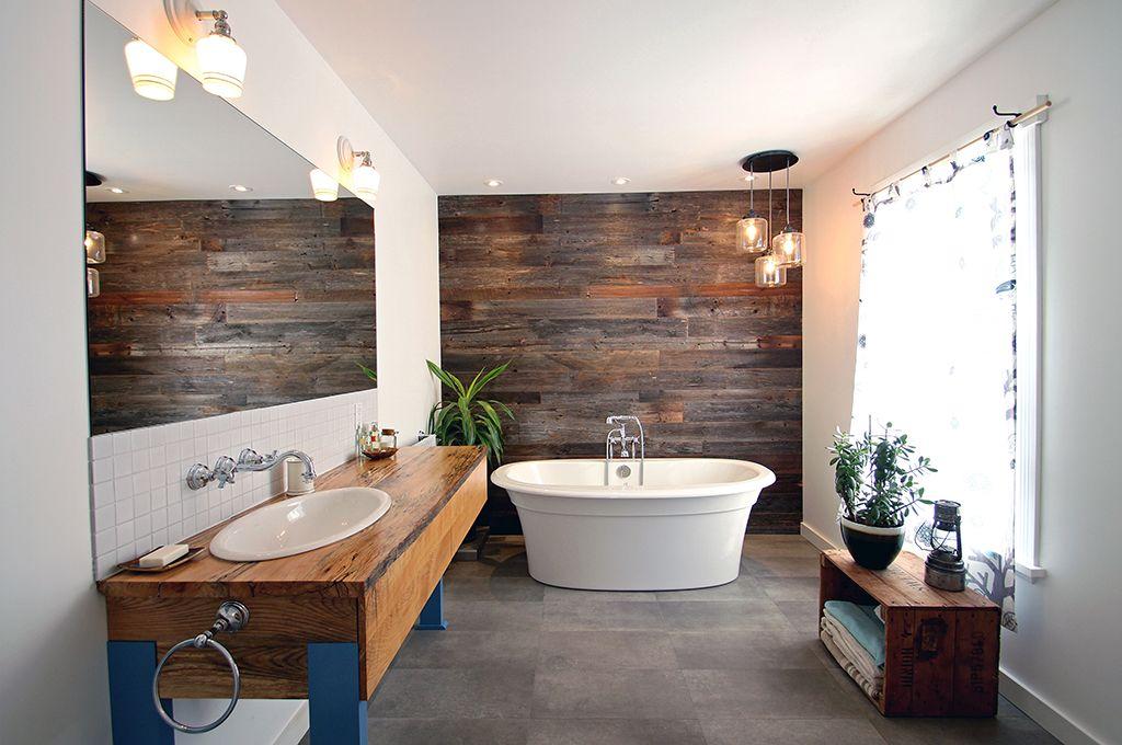 salle de bain éclectique, mur accent, mur bois, meuble lavabo