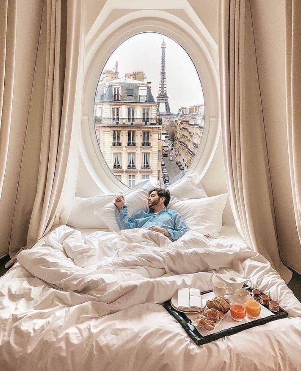 Acordar assim não seria nada mal, concordam? 😍🗼 . . . . . 📸 @followthenap  @arthurwendland . . . . . .  #viagem #travel #descontoparaviajar #travelphotography #trip #paris