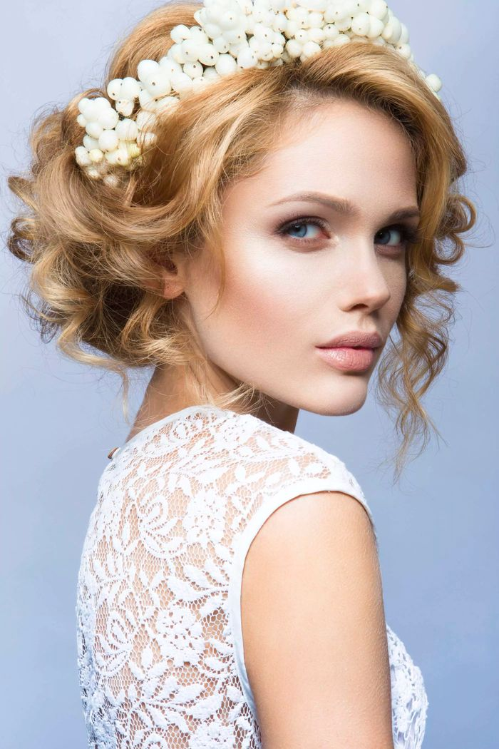 einfache hochzeit frisuren wei es diadem aus blumen gekrauste haare blonde haare inspirationen. Black Bedroom Furniture Sets. Home Design Ideas