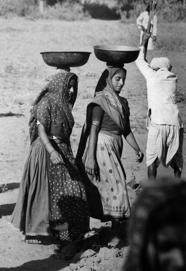 Women construction workers in India, 1970s W89 Pinterest - resume for construction workers