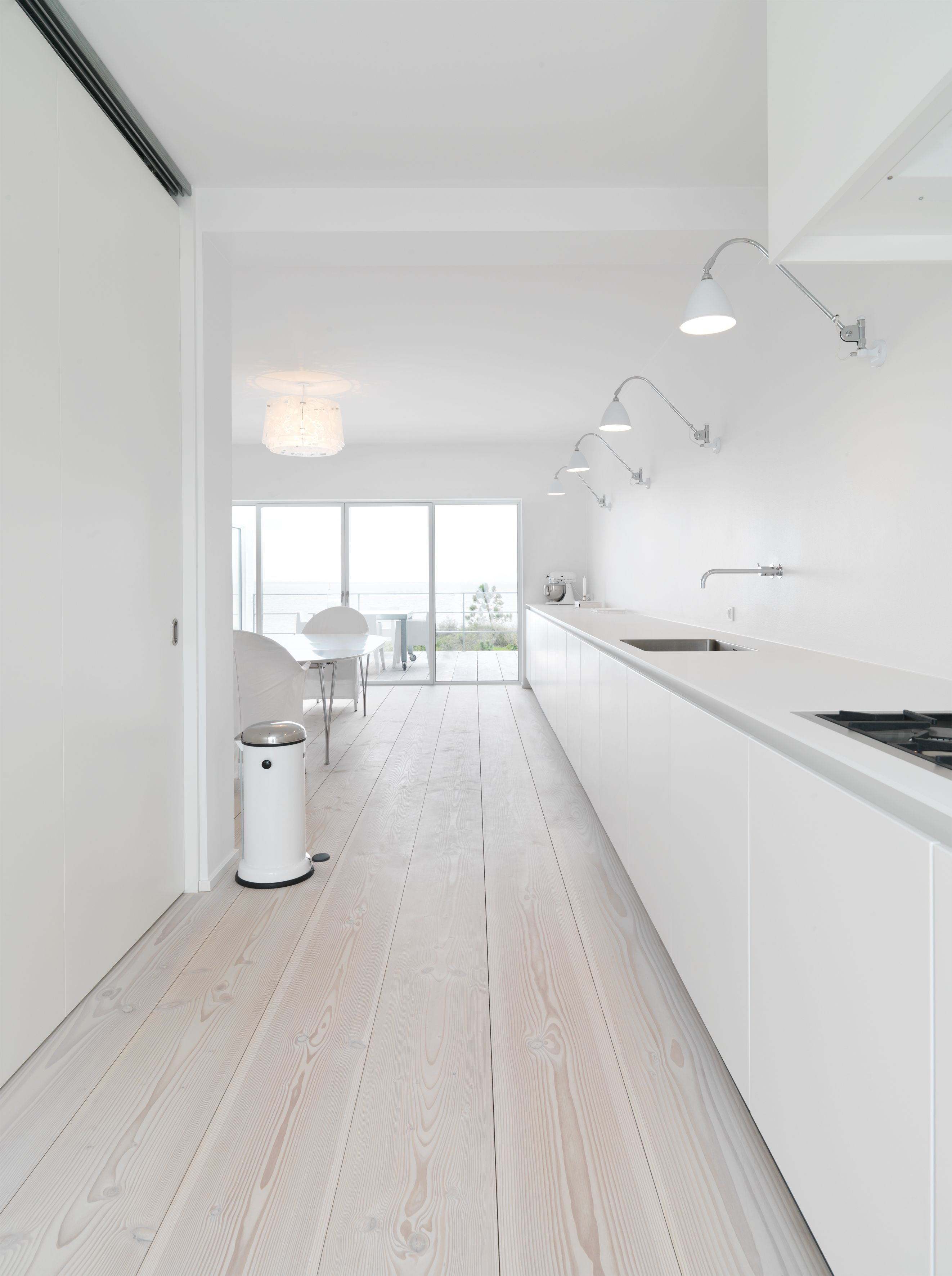 Bulthaup Kitchen All Kept In White With Douglas 30 Cm Wide Planks Keuken Ontwerpen Keuken Greeploos Keuken Vloeren