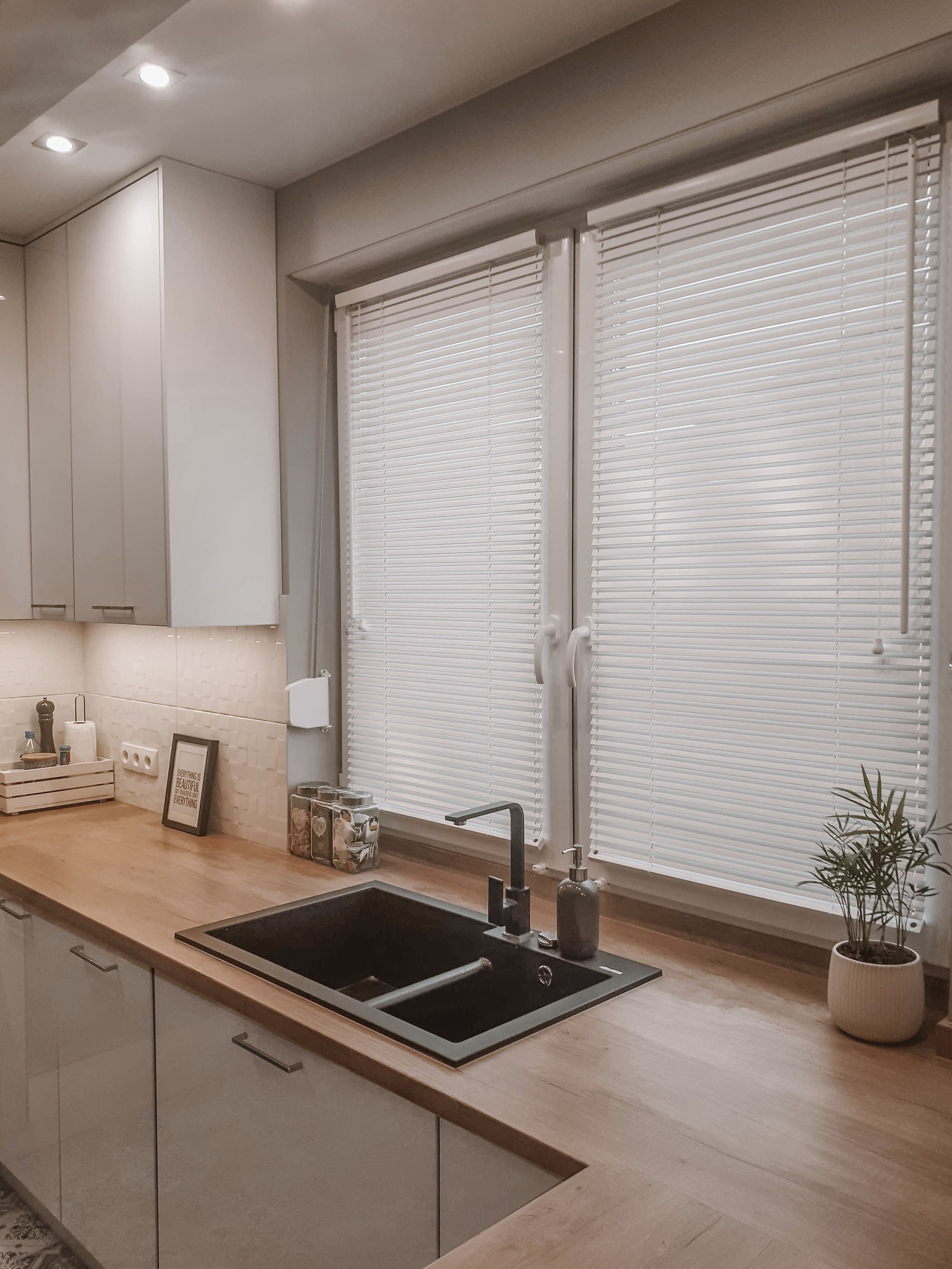 Biale Zaluzje Drewniane W Kuchni House Home Kitchen Interior
