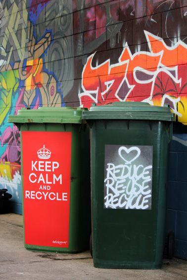 Roskiksia Roballe! Tavallisistakin roskatynnyreistä saa mielenkiintoisia julisteilla. #FunkyBinArt , Airlie Beach, Australia.  Stickers Available from http://wheeliedesigns.com/shop/rubbish-recycling
