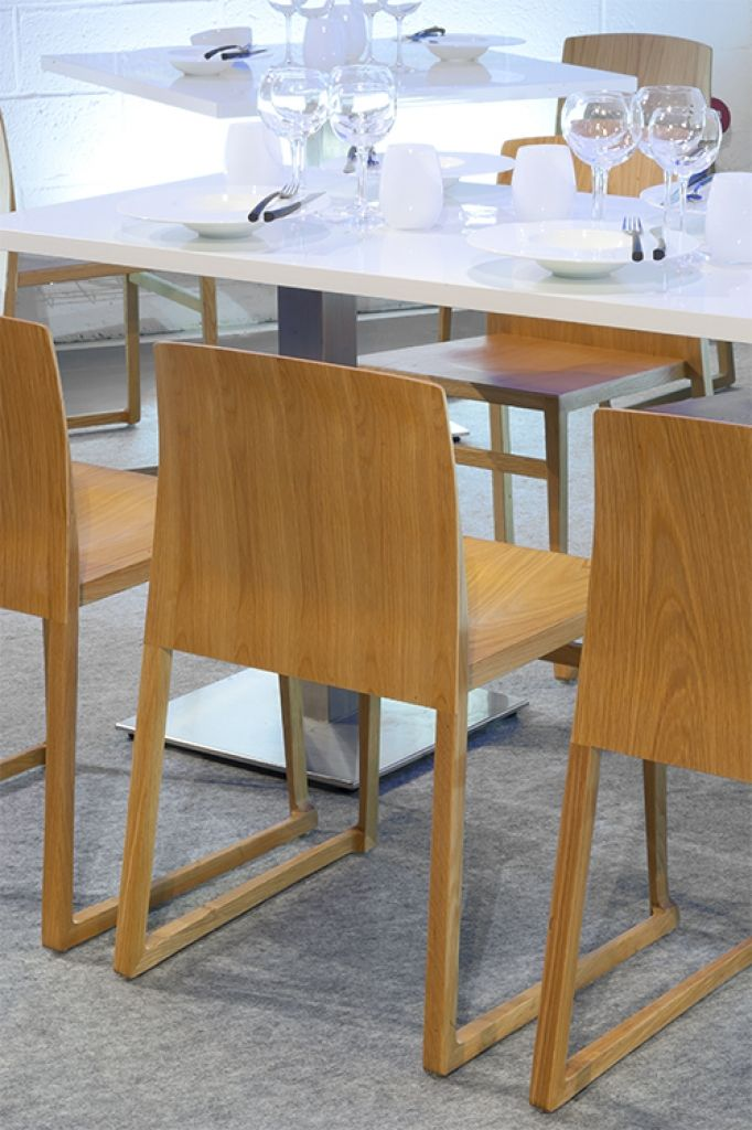 le pop up resto by aktuel table stan rectangulaire blanche chaises hanna by aktuel