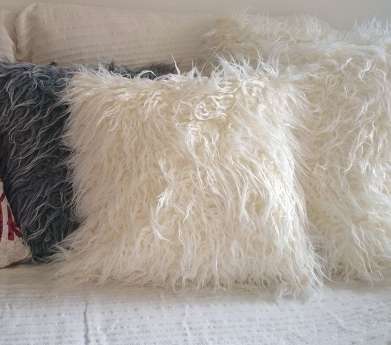 coussin fausse fourrure Decorative pillow fake fur on each side, long haired sheep, off  coussin fausse fourrure