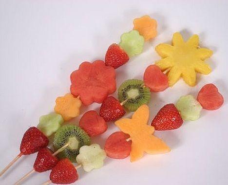 Brochetas fruta formas 1 frutas divertida pinterest for Decoracion de frutas para fiestas infantiles