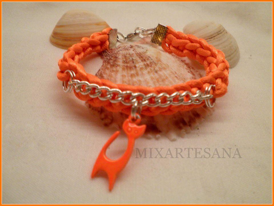 En cola de ratón color naranja, tejido con ganchillo y colgante de gatita. Precio: 6 euros