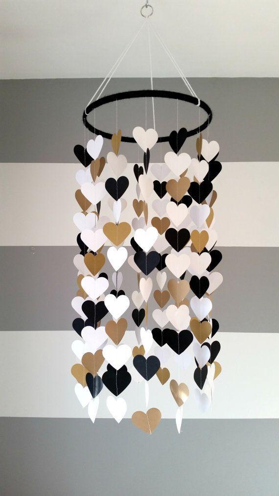 Mobile en papier en forme de coeur. Noir, blanc et or. Décoration de chambre bébé. Décoration de mariage. décoration d'intérieur. Décor enfant, bébé – Crèches   – nurseries