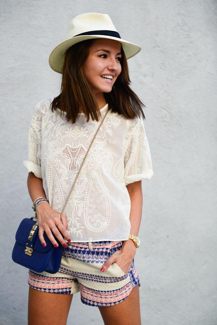 Echando de menos el verano. summer style, printed shorts, white embroidered top, panama hat