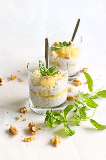 Kookossiirapilla maustetuista Del Monten ananaksista, kookosmaidosta ja chiasiemenistä syntyy superhelppo ja herkullinen jälkiruoka. Kun sain Blogiringistä kutsun päästä kokeilemaan uusia Del Monten makuananaksia, olin hetken huuli pyöreänä. Mitä ihmettä on makuananas? Jos sinäkin mietitsamaa, on kyseessä uudet ananassäilykkeet, jotka on maustettu erilaisilla siirapeilla. Makuvaihtoehdoista löytyy kookosta, vaniljaa, sitruunaa tai mangoa. Kaikki ananakset käyvät sellaisenaan jälkiruoaksi,……