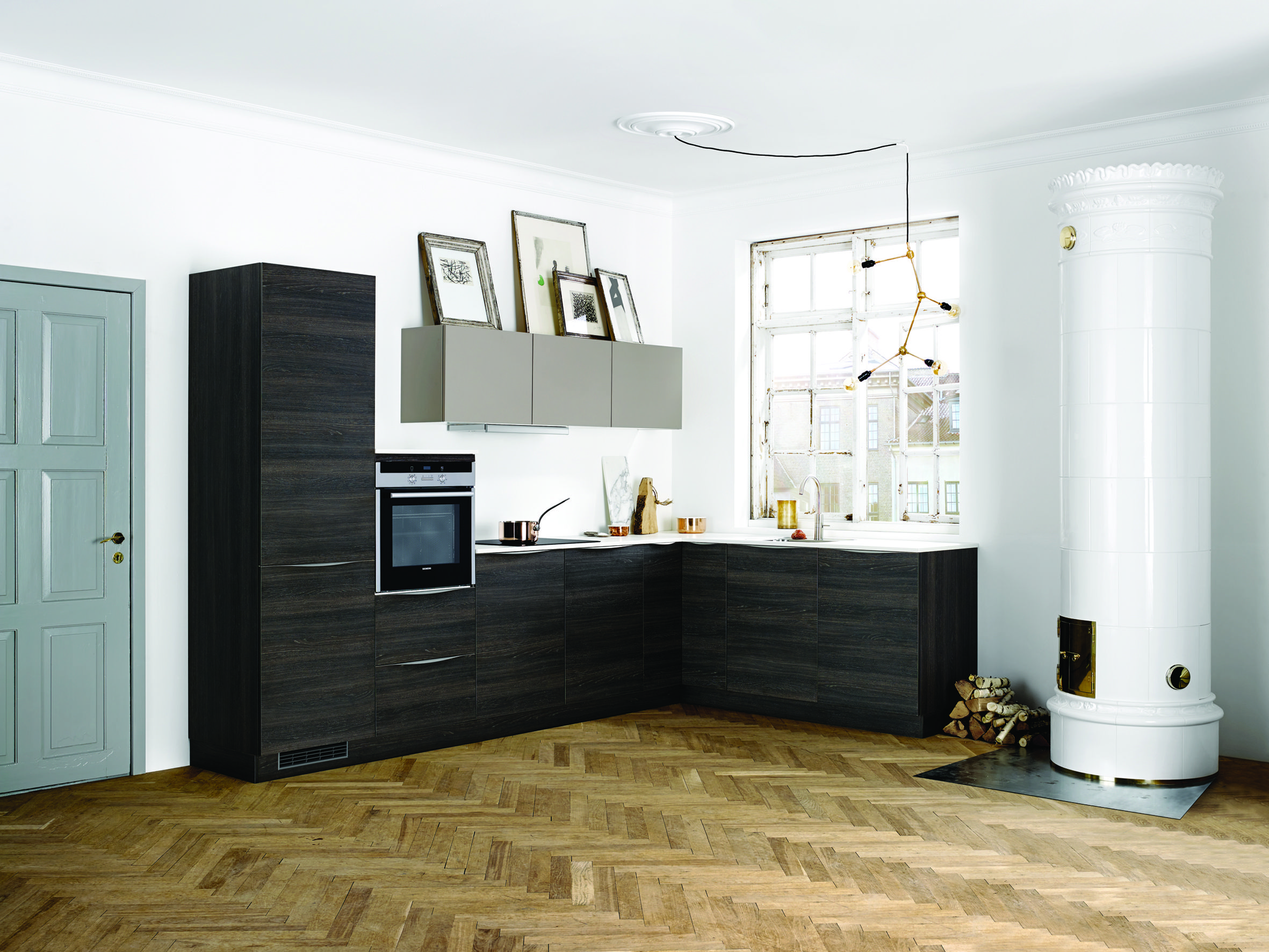 Dark wood by kvik hus cuisine noire cuisine ouverte cuisine