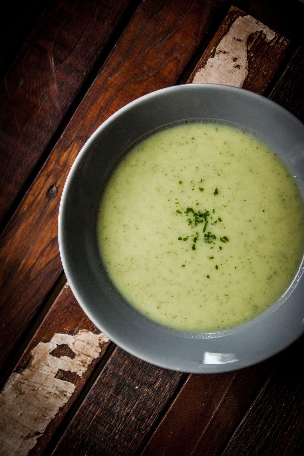 Heute ist Suppentag und da die Zucchini mich so angelacht hat, dachte ich an Zucchini-Creme-Suppe. Ist sehr easy umzusetzen und schmeckt gut. Also ran ans Gemüse ….