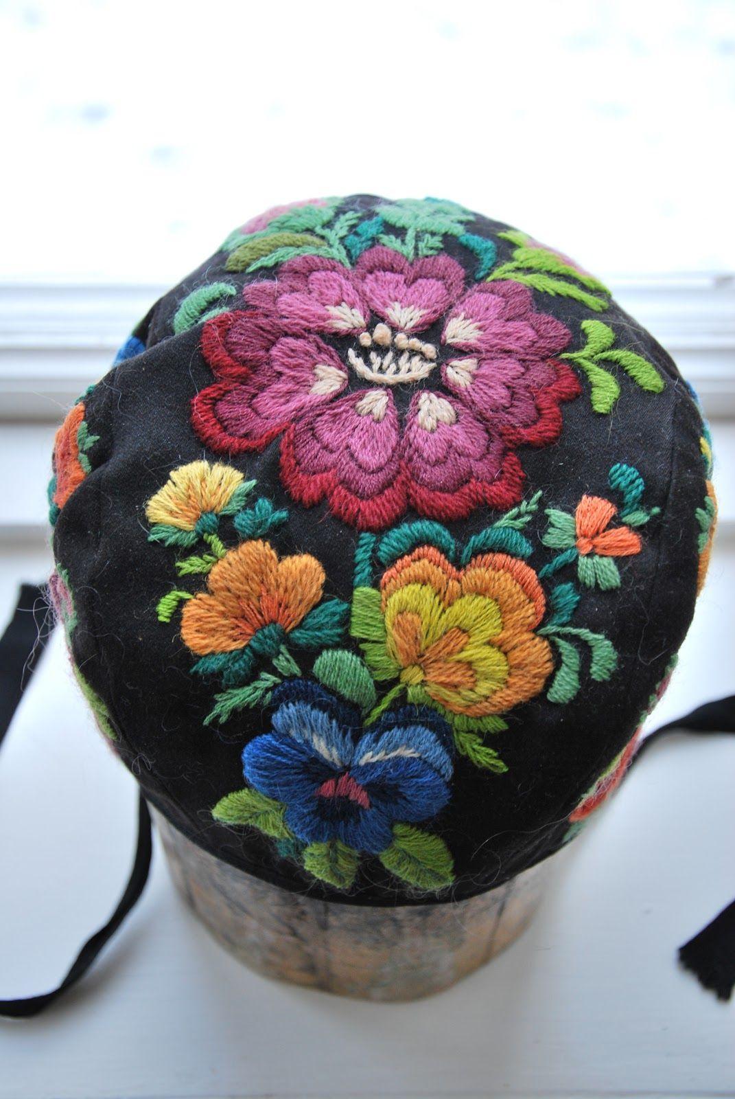 """Yllebroderad hätta från """"STINAS HUS"""" Delsbo Wool embroidery"""