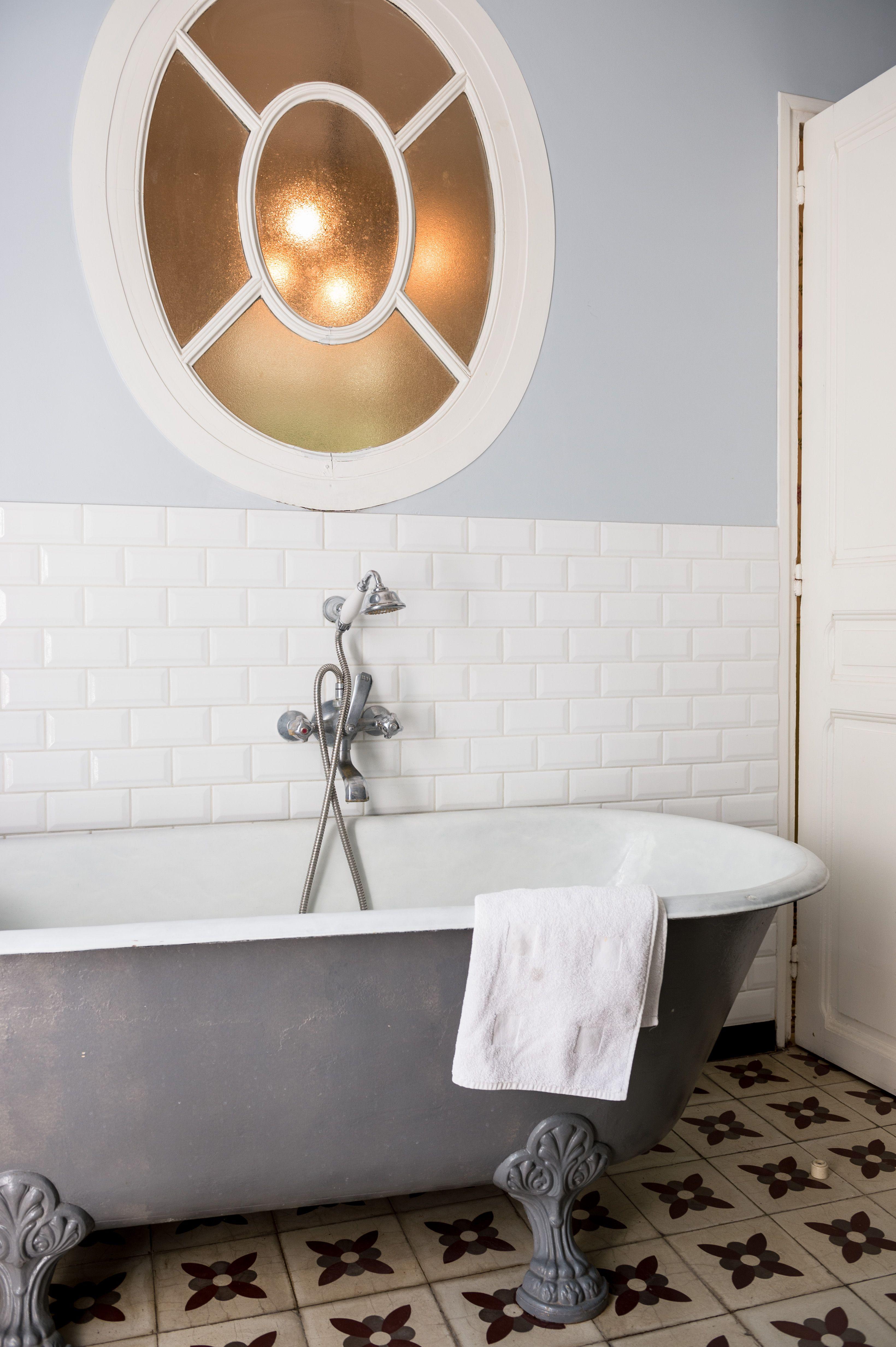 baignoire ancienne, salle de bains rétro | chambre d\'hôte B&B dans ...