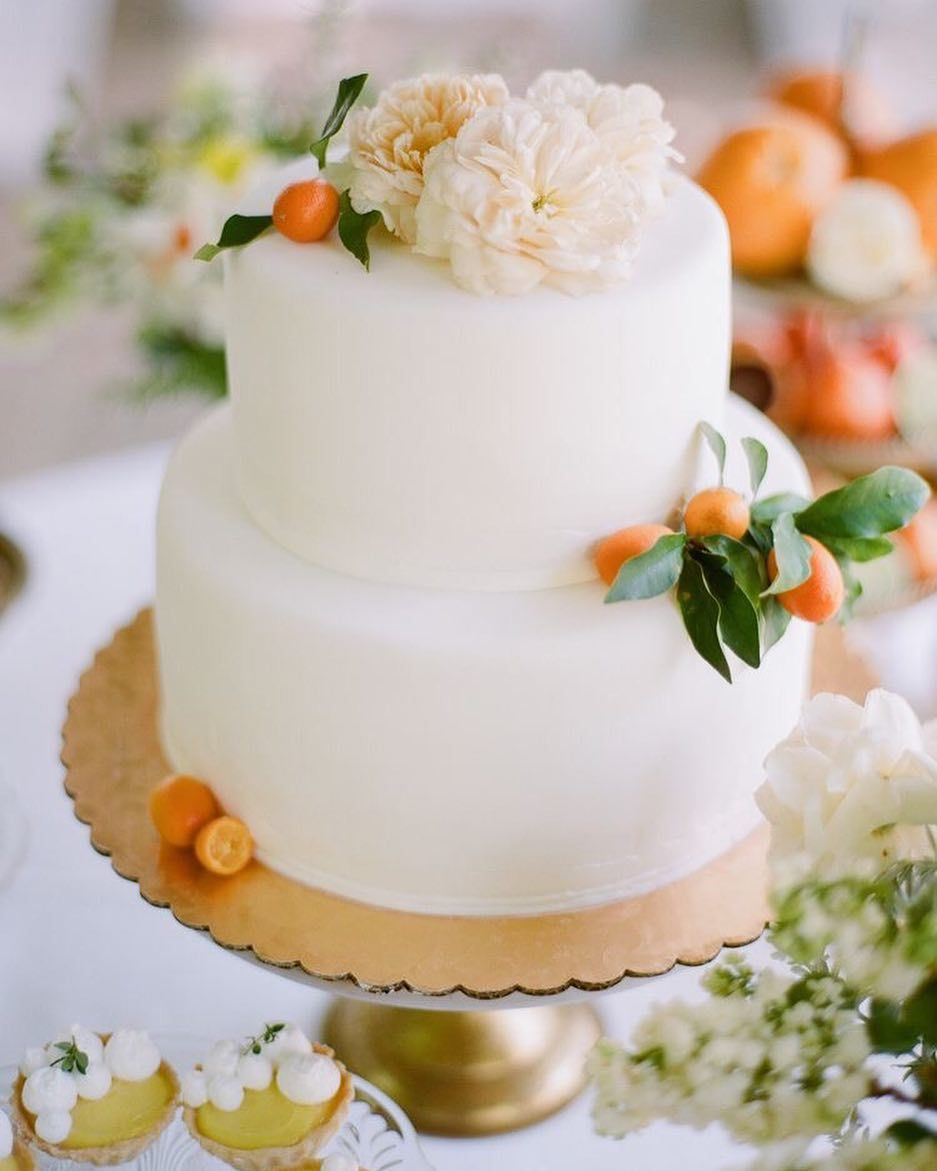 BEAUTIFUL CLEAN WHITE FONDANT CAKE DRESSED WITH FRESH KUMQUATS AND