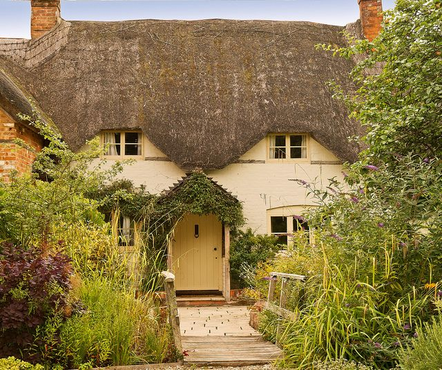 A Thatched Cottage In Wilton Wiltshire Thatched Cottage English Cottage Garden Cottage