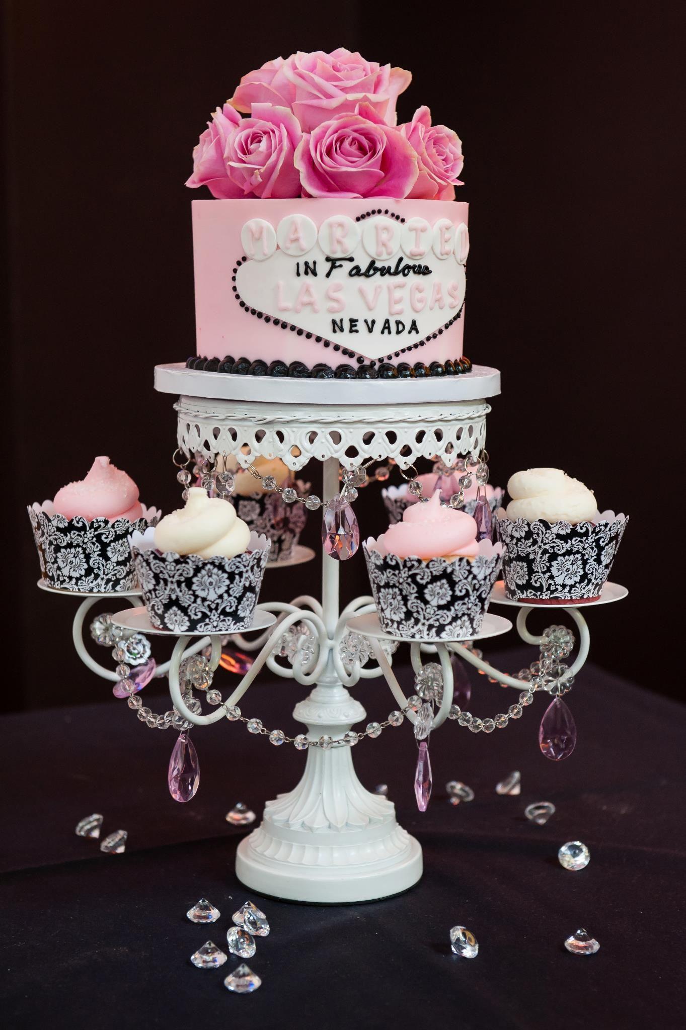 Vegas wedding cake and cupcakes So cute!!