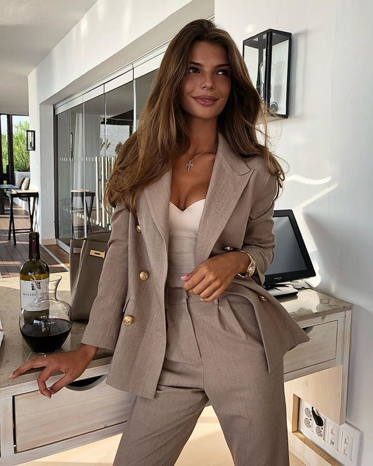 10+ beautiful suits for women #elbiseler Find the most beautiful suits in different colors for women.