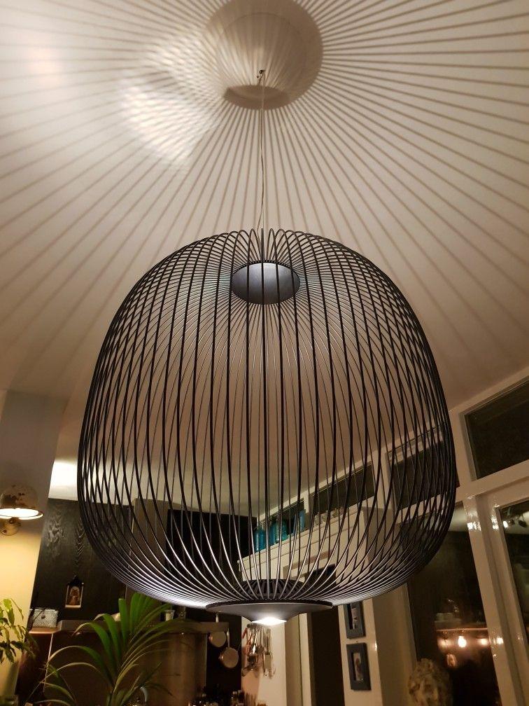 Lamp met led verlichting naar boven voor lijnenspel op t plafond en ...