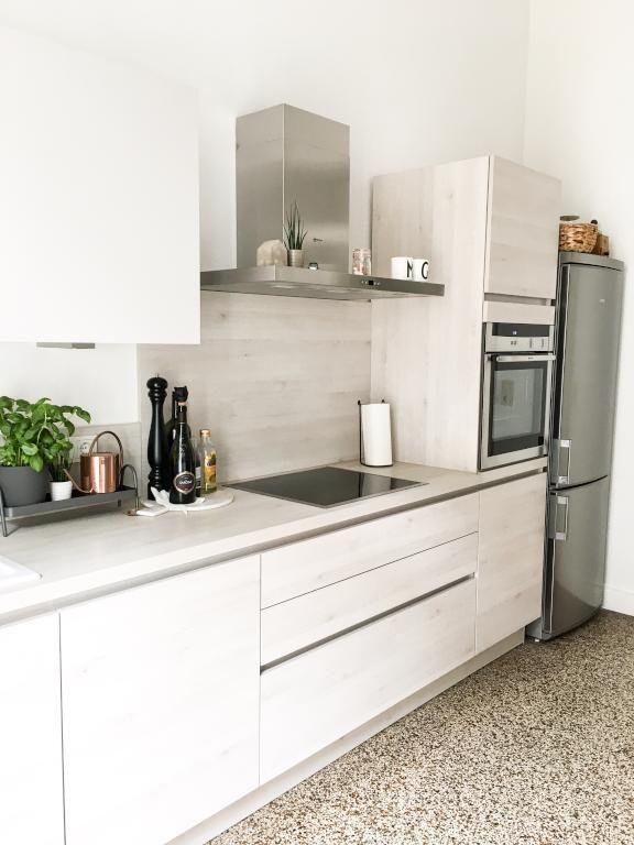 Schöne moderne Küche aus hellem Holz mit kleiner Kräuterecke - moderne kuche