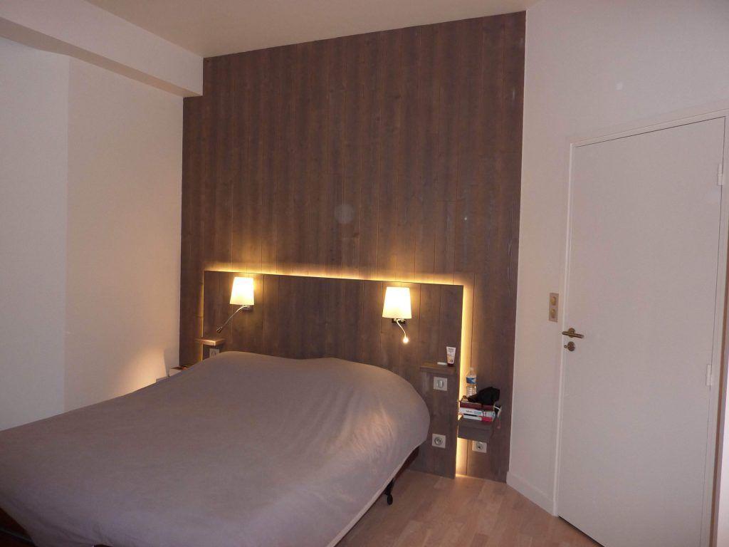 tete de lit avec chevet et eclairage
