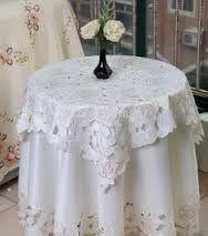 Élégante nappe en blanc crème avec broderies