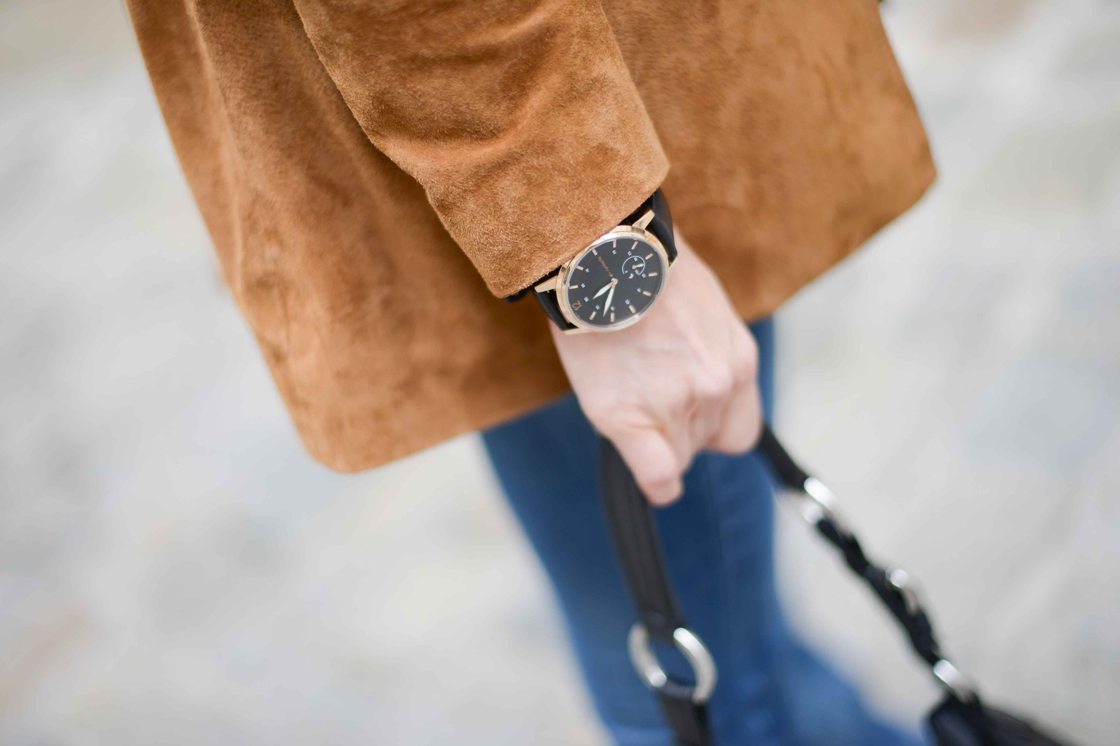 Great photo of the Runtastic Moment fitness tracker watch. Elegant in black and rose gold, and  super functional to track all sorts of activities.