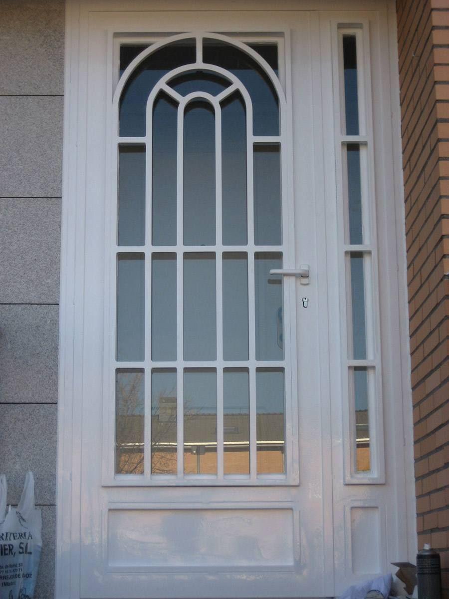 Puertas modelo ingles con cristal departamentito pinterest for Puertas de madera con herreria