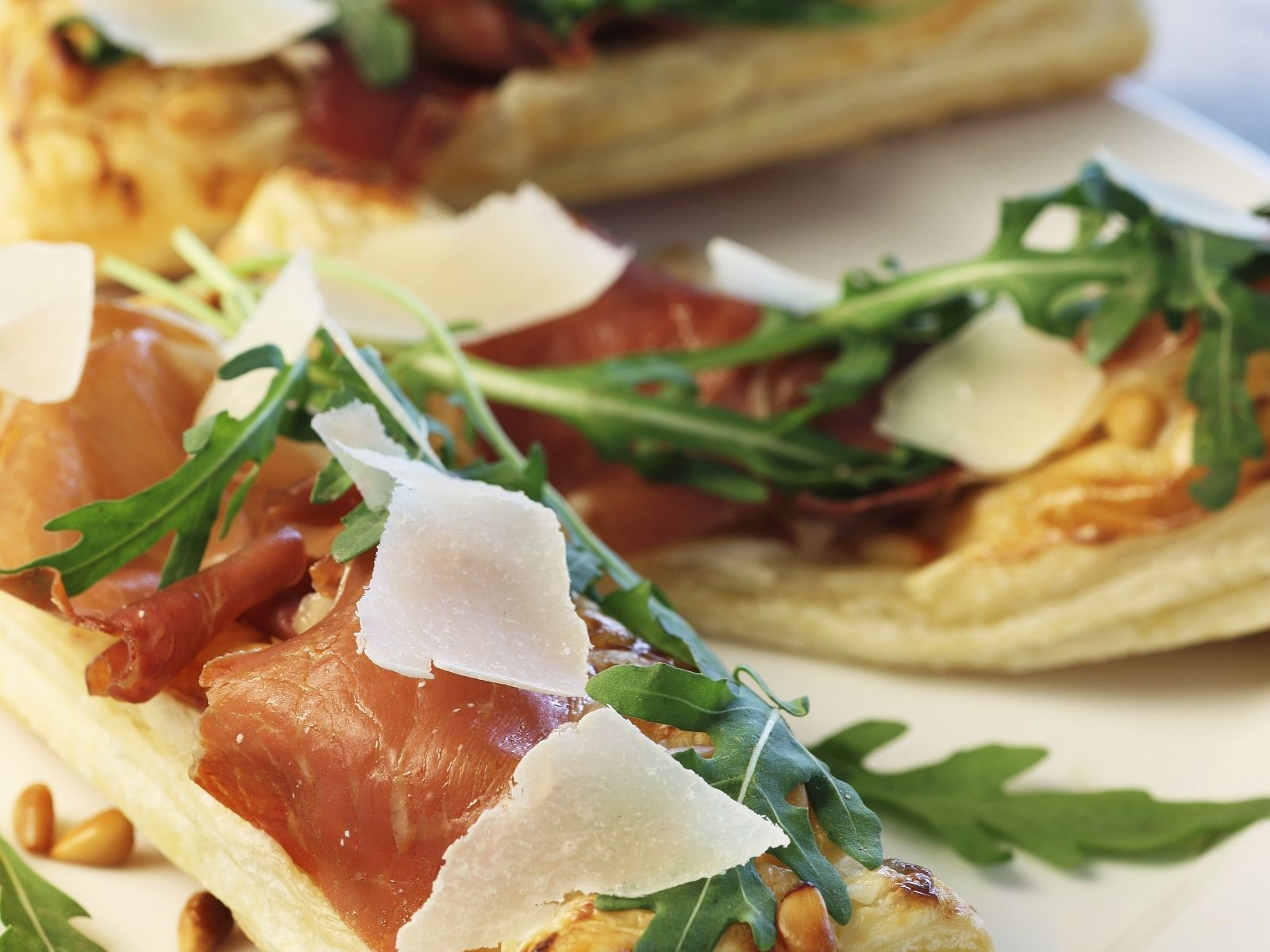 Pizzaschitten mit rohem Schinken, Rauke und Parmesan - smarter - Zeit: 30 Min. | eatsmarter.de