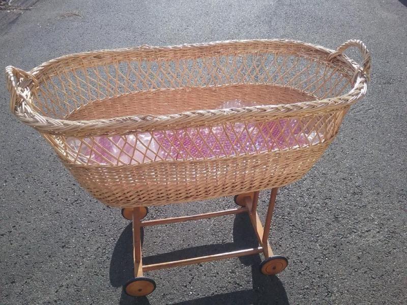 Verkaufe gut erhaltenen Stubenwagen Dazu der Umhang Matratze