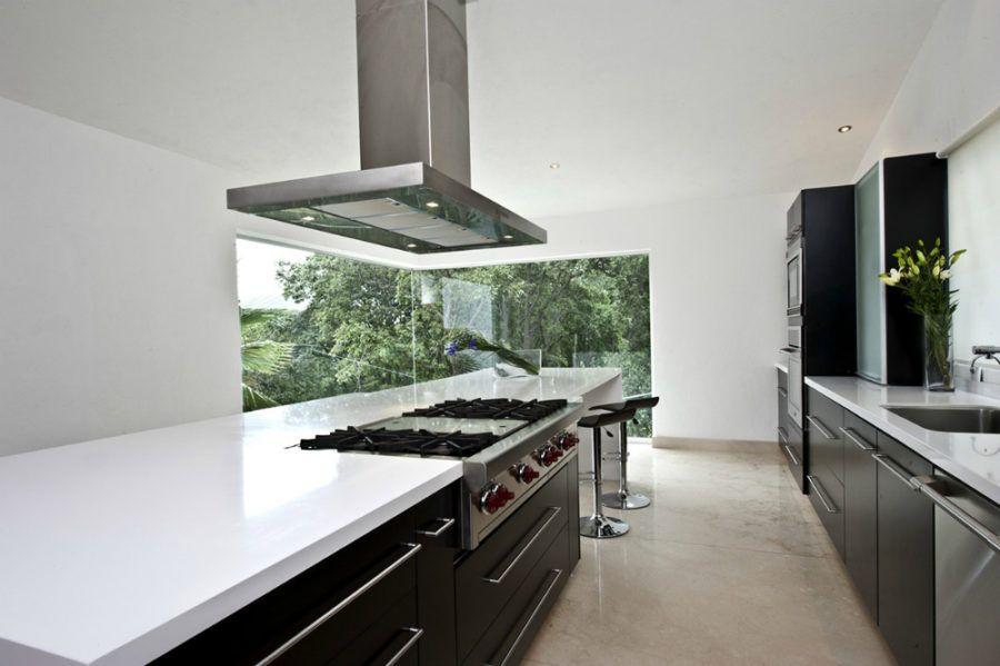 fenêtres cuisine du sol au plafond, îlot de cuisine en blanc et ...
