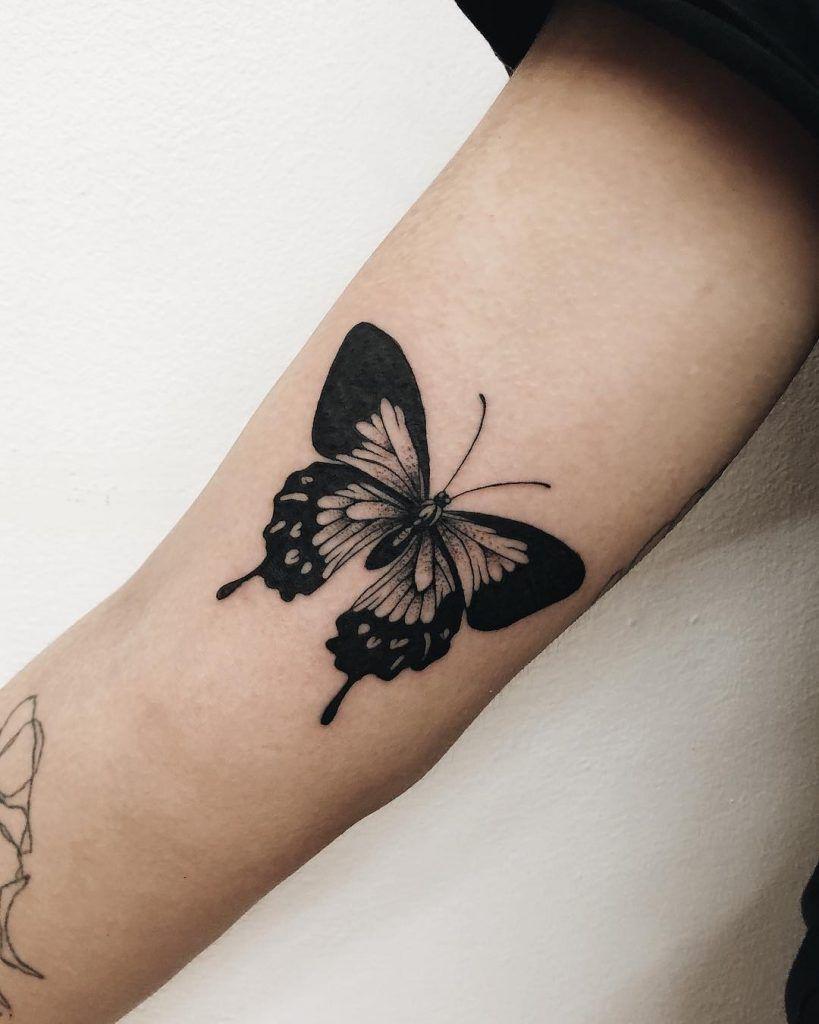 Photo of Schwarzes Schmetterling Tattoo auf dem rechten Arm