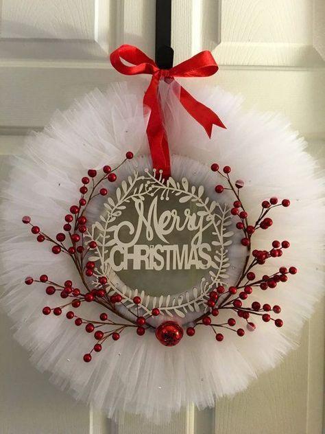 Coronas Hechas Con Tul Para Navidad Dale Detalles Coronas Navideñas Decoracion Navidad Manualidades Manualidades Navideñas
