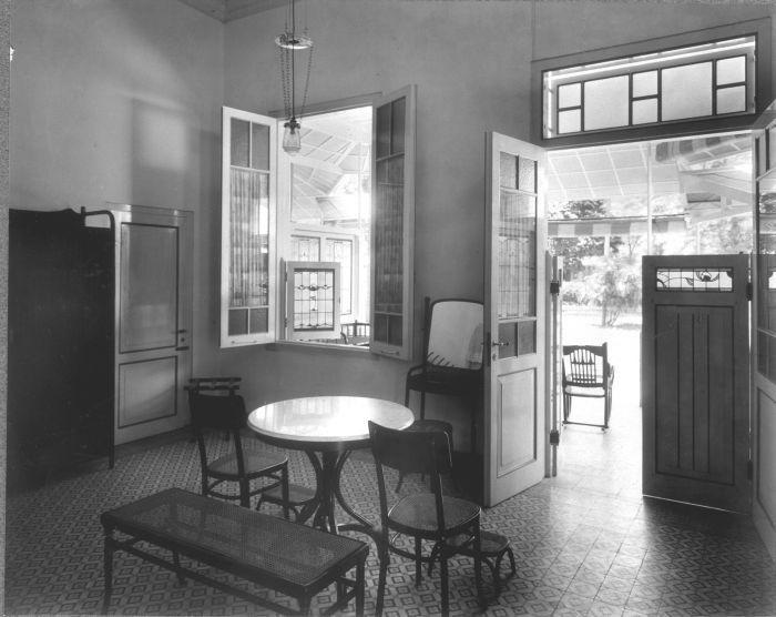 COLLECTIE TROPENMUSEUM Interieur van een gastenverblijf Hotel des Indes Batavia…