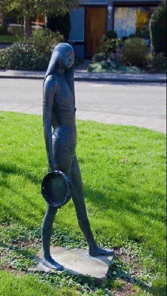 Meisje met tamboerijn. Kunstenaar: A. Manche.  Locatie: Paganinistraat in Zevenaar (gemeente Zevenaar).  Materiaal: brons.