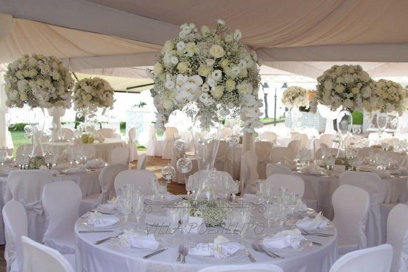 Centrotavola alto per matrimonio raffinato a villa posillipo centrotavola wedding flowers - Composizioni floreali per tavoli ...