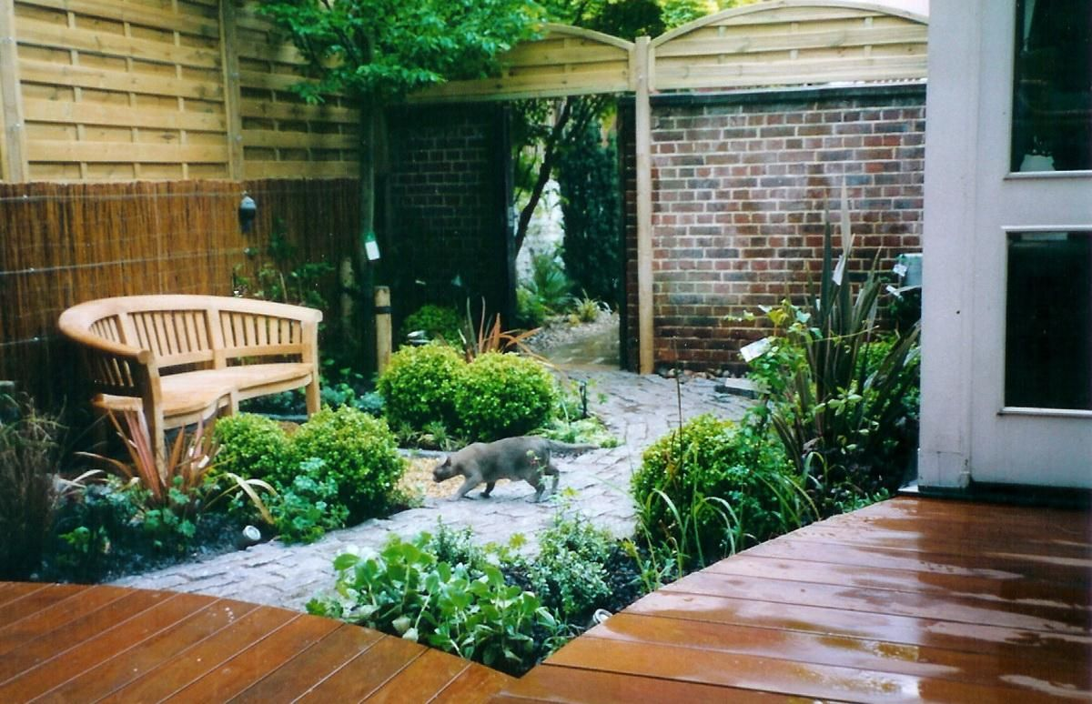Stone Path To The Courtyard With Simple Garden And Wooden Bench 3 Good Ideas For Decorating Courtyards Gardens Design