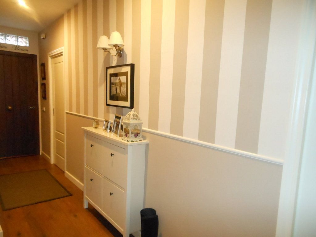 Zocalo beige pintado y rayas decoracion salas - Ideas para pintar un pasillo ...
