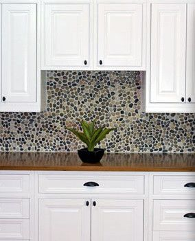White Inset Cabinets With Pebble Backsplash Traditional Kitchen Austin By Ub Kitchens Pisos Economicos Cocinas Y Pisos