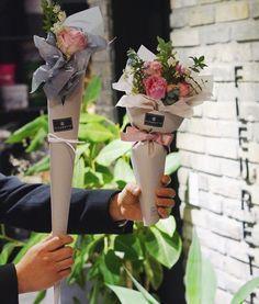 퇴근하려다 잡혔 .. #애기다발 과#한송이 . . . . . #flowershop#꽃#fleur#플라워클래스#꽃그램#부산꽃집#florist#센텀꽃집#광안리#해운대꽃집#예쁜꽃집#꽃다발#flowerdesign#handtied#꽃선물#부산플라워레슨#센텀#플로리스트#fleurette#플루에뜨#lovely#bouquet#웨딩#플라워샵#부케#광안리꽃집#웨딩부케