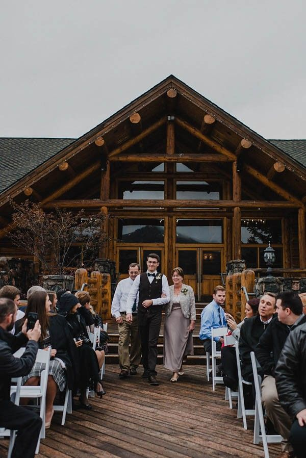 Not Ready To Say Goodbye To Winter This Snowy Evergreen Lake House Wedding Is For You Junebug Weddings Lake House Lake House Wedding Lake