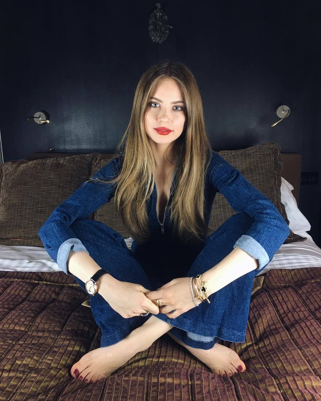 Pin Alex Gabriel Flared Jeans & Barefoot