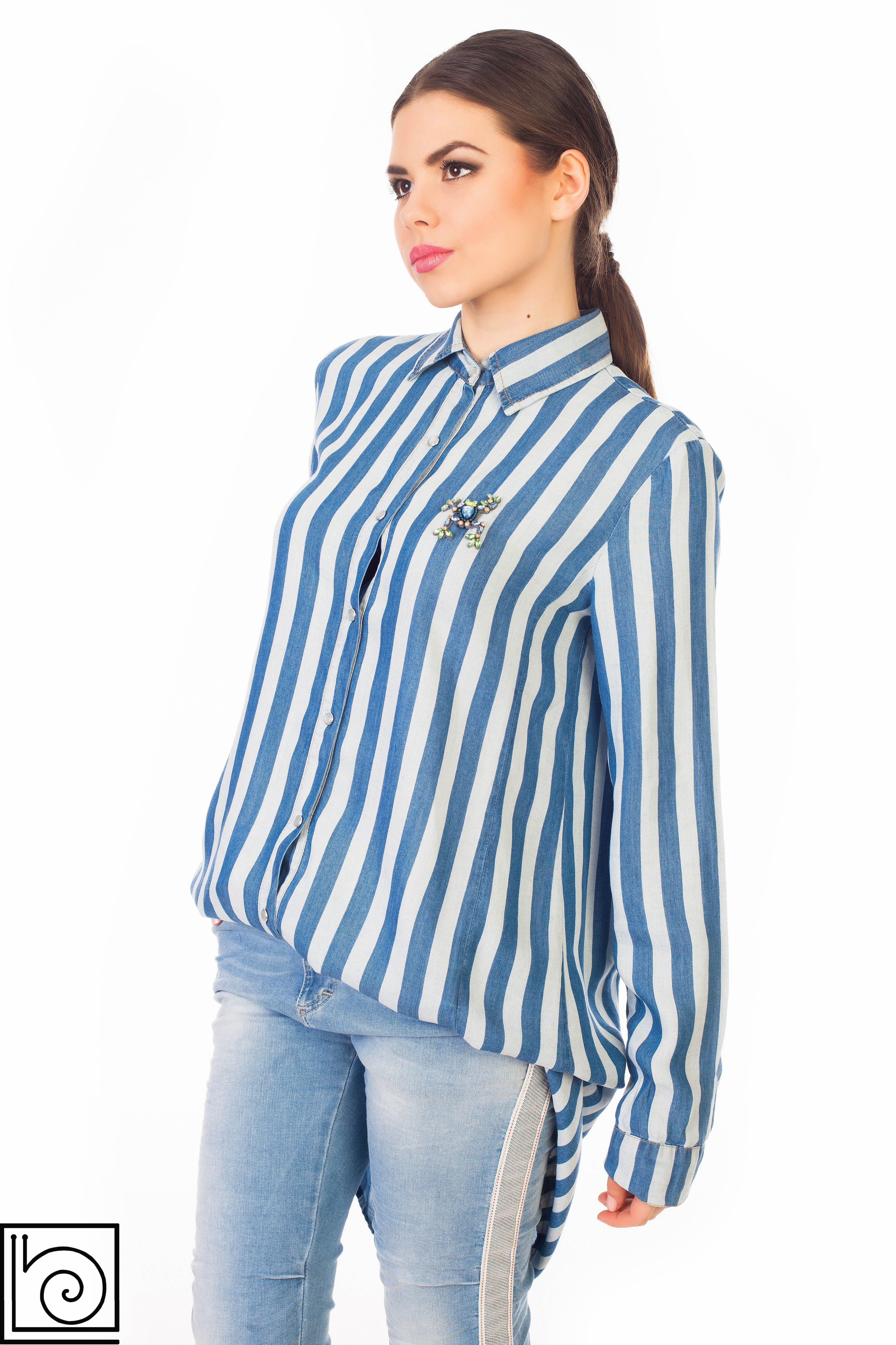 b81e58ac9e3 Женская рубашка с длинным рукавом в голубо-синюю полоску. Спереди на  кнопках. Длинная