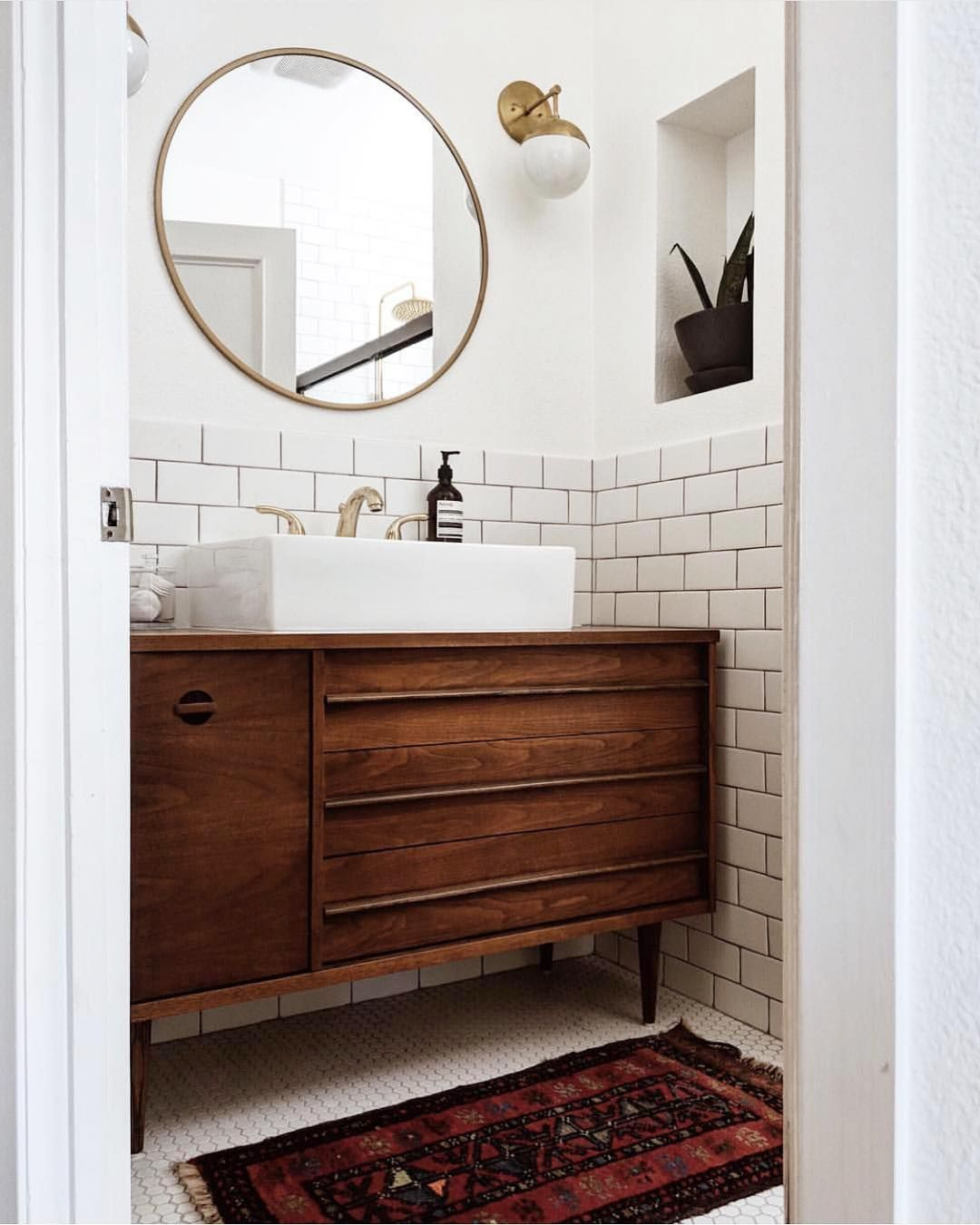 Audrey Crisp On Instagram This Bathroom Is Awesome I Always Love A Good Mid Century Modern Vanity By Tiffwang Mid Century Modern Bathroom Mid Century Modern Vanity Modern Bathroom Design